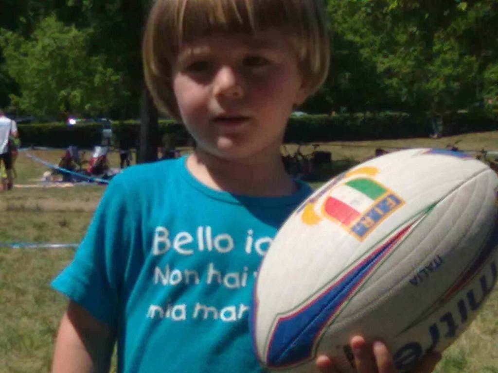 bambini giocano a rugby
