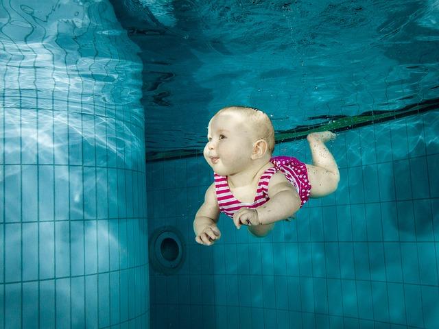 bambino-acqua-piscina-famiglia-gita-nuotare-tuffo