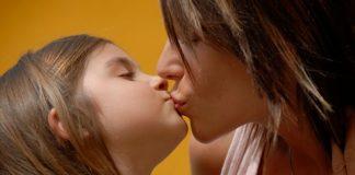 bacio sulla bocca mamma figlio