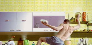 uomini che puliscono casa sono più felici